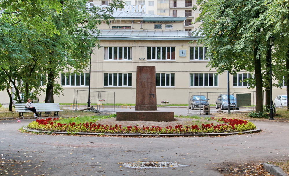 Постамент памятника Ленину в сквере Николая Львова на проспекте Обуховской Обороны