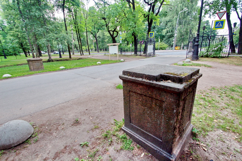 Приморский парк Победы, Крестовский проспект, постаменты