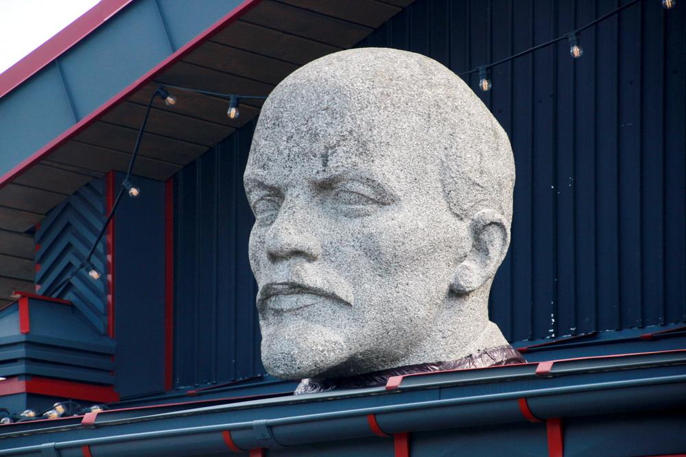 Пискаревский проспект, 144, мотосалон Harley-Davidson Arsenal, гранитная голова Ленина