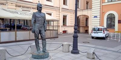 Малая Конюшенная улица, скульптура городового, памятник