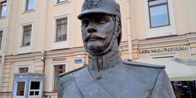 Малая Конюшенная улица, скульптура городового, памятник, лицо