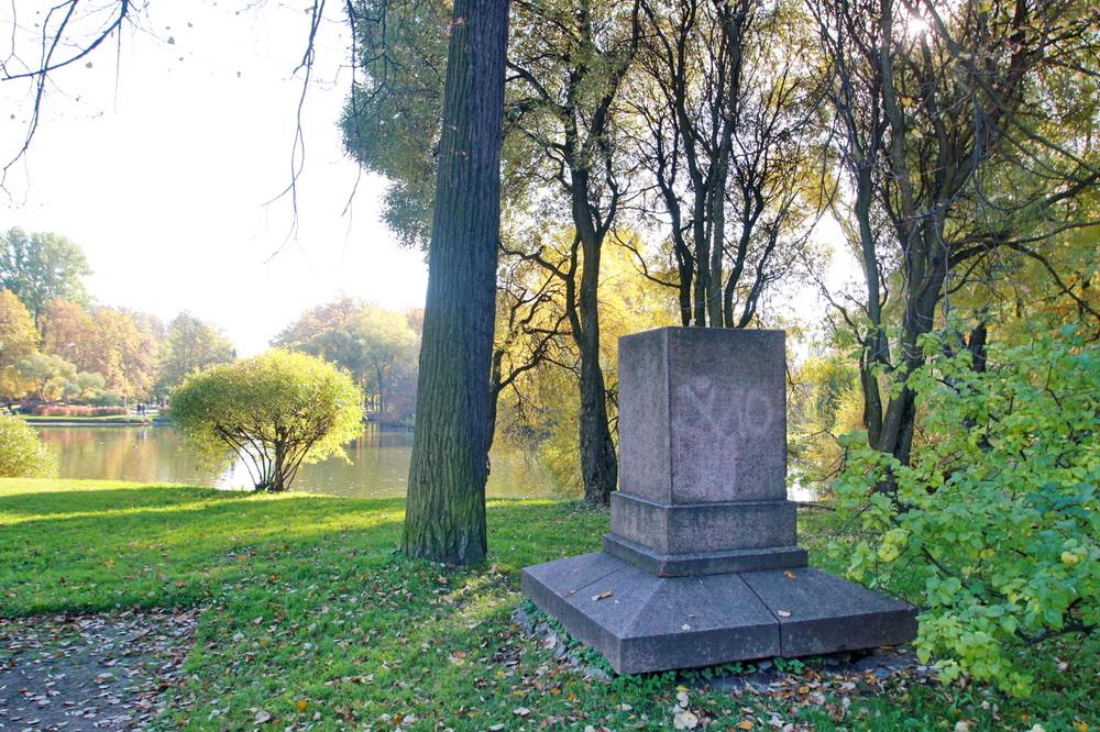 Парк Екатерингоф, постамент Девушки с лентой